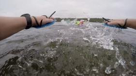 Händer frammåt inför första simtag